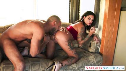 Горячий трах на диване татуированной сучки
